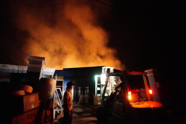 Những hình ảnh bên lề vụ cháy cực lớn tại công ty mút xốp - 7