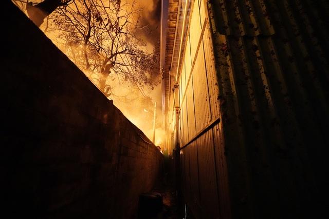 Những hình ảnh bên lề vụ cháy cực lớn tại công ty mút xốp - 8