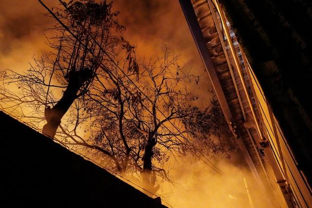 Những hình ảnh bên lề vụ cháy cực lớn tại công ty mút xốp - 9