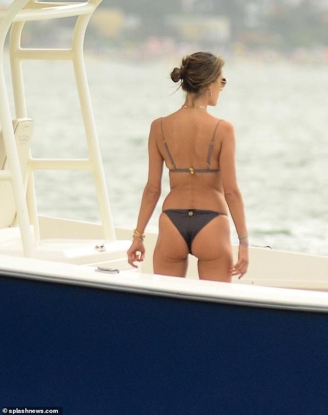Alessandra Ambrosio tung tăng đón năm mới trên biển - 9