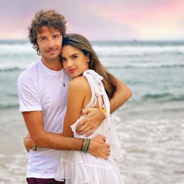 Alessandra Ambrosio tung tăng đón năm mới trên biển - 10