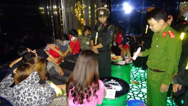 Đột kích quán karaoke, phát hiện 50 thanh niên phê ma túy - 1