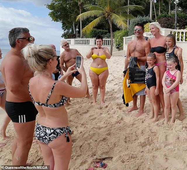 Ông bầu siêu giàu Simon Cowell thân thiện chụp hình với fans - 4