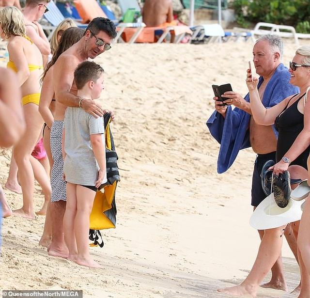 Ông bầu siêu giàu Simon Cowell thân thiện chụp hình với fans - 5