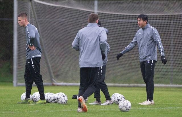 Văn Hậu tập luyện dưới mưa to và lạnh giá cùng đồng đội ở Heerenveen - 2