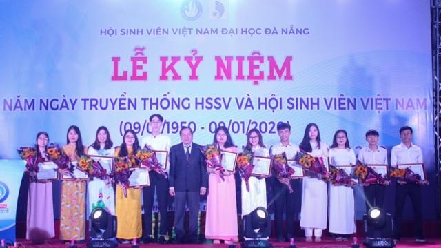 Đại học Đà Nẵng tôn vinh sinh viên tiêu biểu - 1