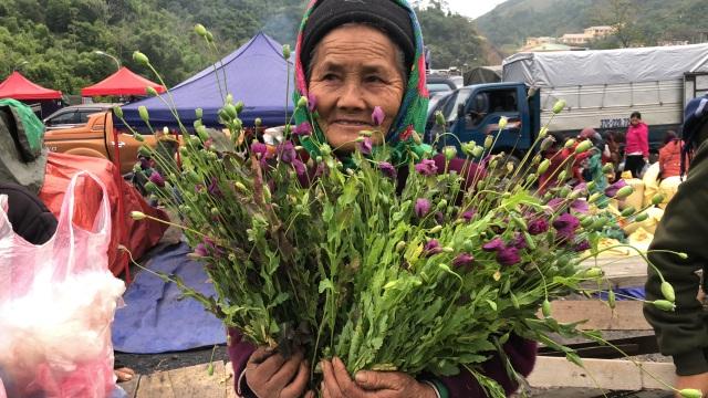 Cây anh túc được bày bán công khai nơi chợ biên giới Lào - Việt - 1