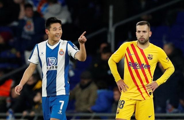 Tiền đạo Trung Quốc đặt dấu mốc lịch sử khi ghi bàn vào lưới Barcelona - 1