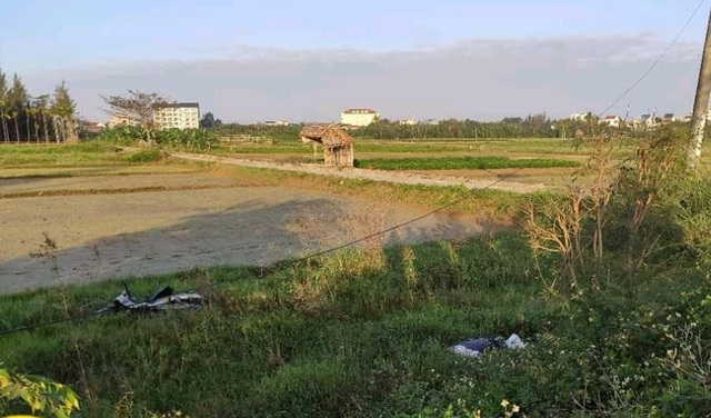 Người đàn ông nằm chết trên cánh đồng, cạnh xe máy - 1