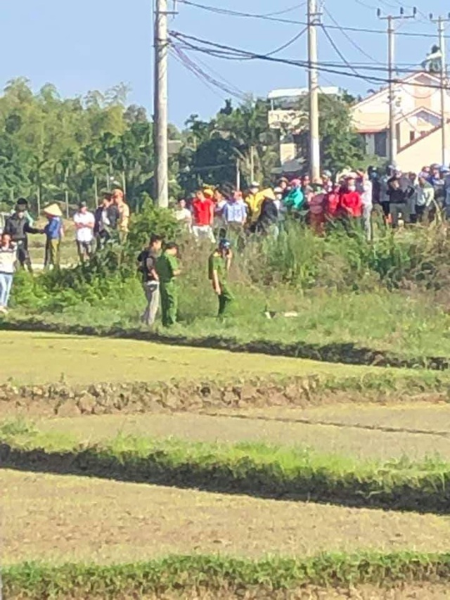 Người đàn ông nằm chết trên cánh đồng, cạnh xe máy - 2