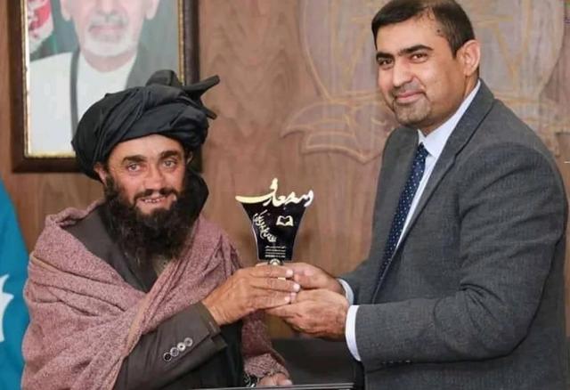 Người cha Afghanistan mù chữ dắt con đến trường cách nhà 12km mỗi ngày - 1