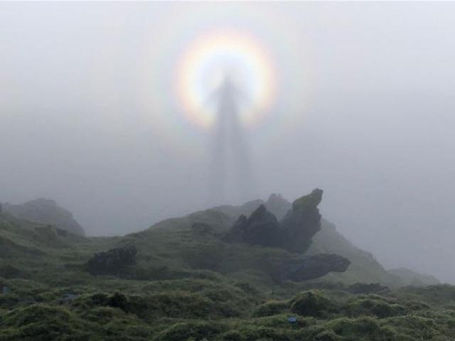 Bóng ma hình người xuất hiện trên đỉnh núi - 1