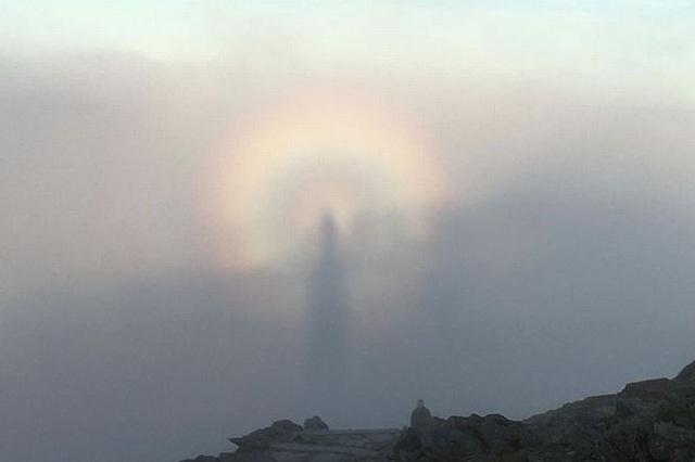 Bóng ma hình người xuất hiện trên đỉnh núi - 2