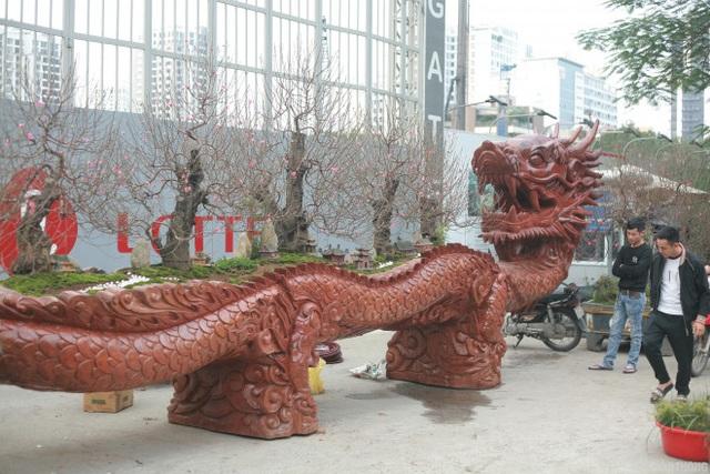 Ngắm chậu đào khủng Long quyện ngũ hành sơn giá bạc tỷ trên phố Hà Nội - 2