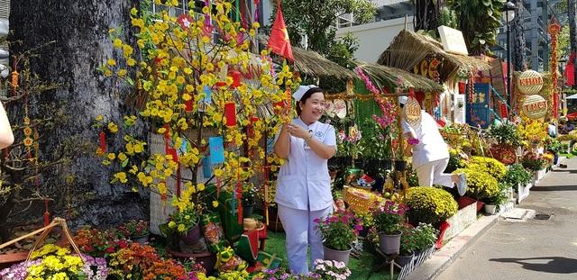 Mê mẩn với đường hoa ngập tràn sắc xuân giữa bệnh viện - 8