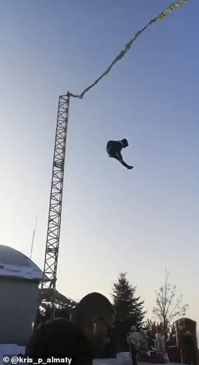 Kinh hoàng khoảnh khắc du khách nhí rơi từ độ cao 6m xuống đất - 2