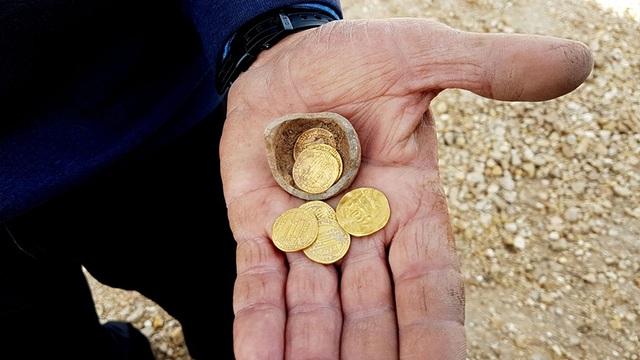 """Bí ẩn """"con heo đất"""" với những đồng tiền vàng 1.200 năm tuổi được phát hiện ở Israel - 1"""