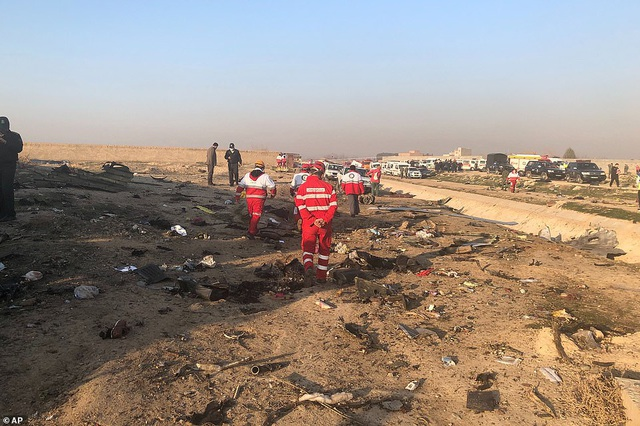 Hiện trường thảm kịch rơi máy bay khiến 176 người chết ở Iran - 1