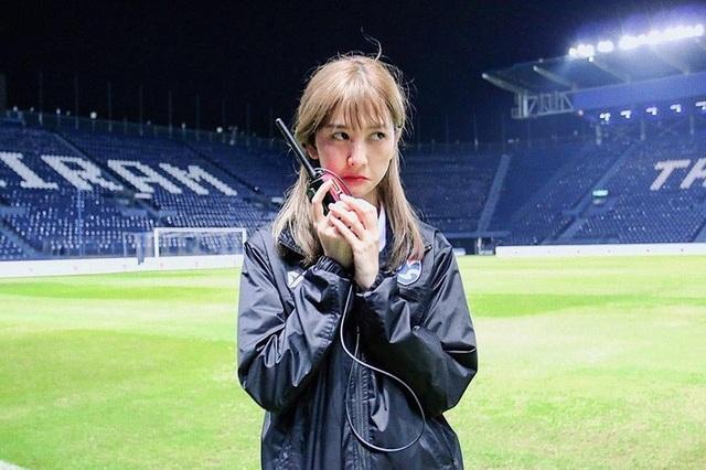 Nhan sắc đẹp tuyệt trần của nữ dẫn đoàn U23 Việt Nam - 5