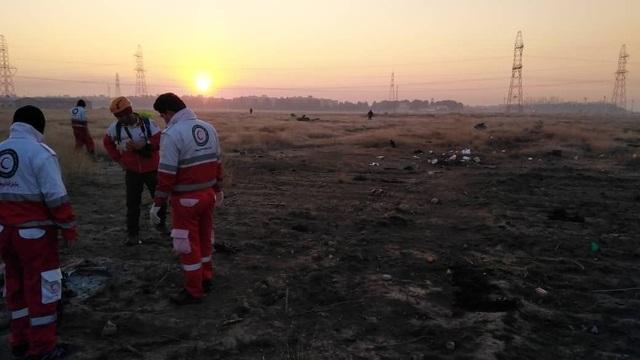 """Rộ video máy bay chở 170 người rơi như """"cầu lửa"""" tại Iran - 1"""
