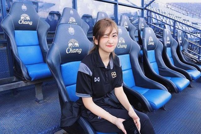 Nhan sắc đẹp tuyệt trần của nữ dẫn đoàn U23 Việt Nam - 3