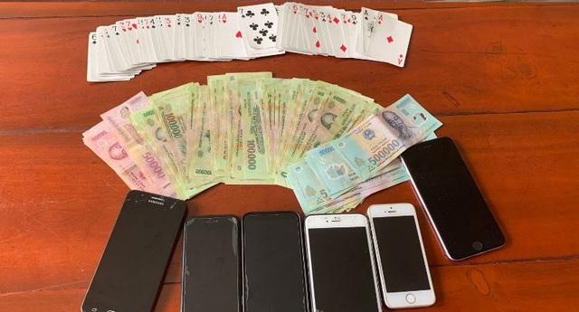 Bắt quả tang hàng chục đối tượng đánh bạc sau tiệc tất niên - 2