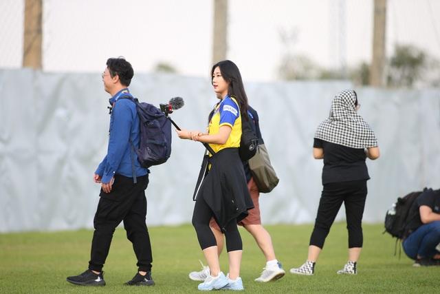 Nữ phóng viên Hàn Quốc gây sốt ở buổi tập của U23 Việt Nam - 3