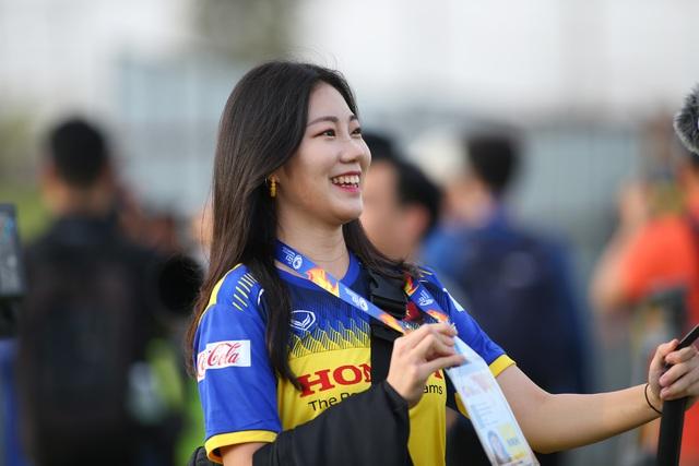 Nữ phóng viên Hàn Quốc gây sốt ở buổi tập của U23 Việt Nam - 9