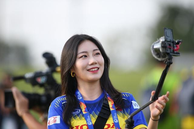 Nữ phóng viên Hàn Quốc gây sốt ở buổi tập của U23 Việt Nam - 11