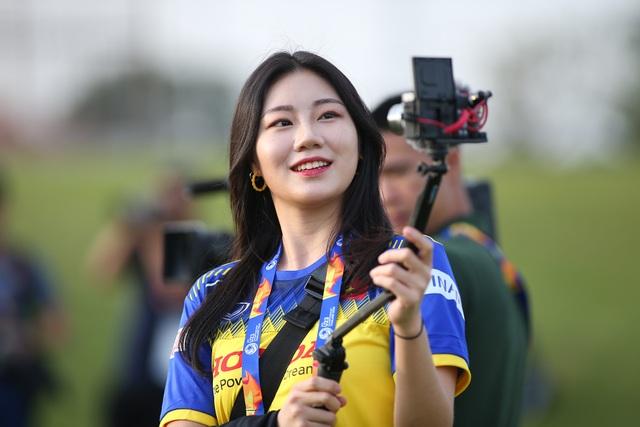 Nữ phóng viên Hàn Quốc gây sốt ở buổi tập của U23 Việt Nam - 4