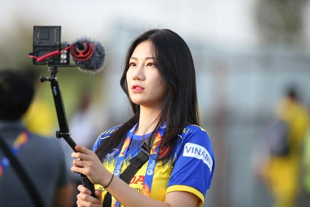 Nữ phóng viên Hàn Quốc gây sốt ở buổi tập của U23 Việt Nam - 6