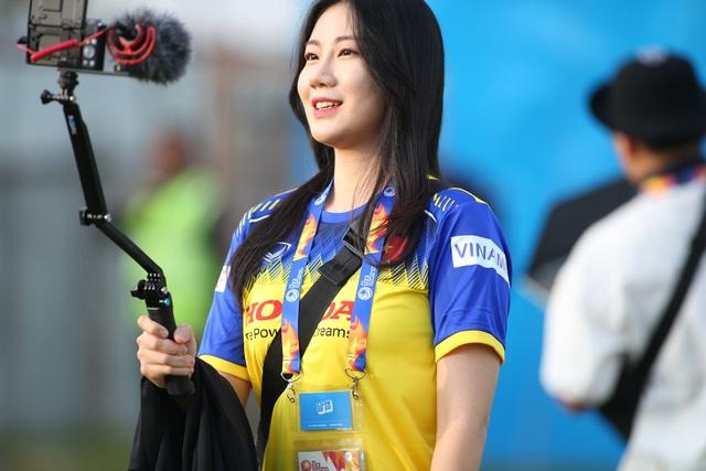 Nữ phóng viên Hàn Quốc gây sốt ở buổi tập của U23 Việt Nam - 1