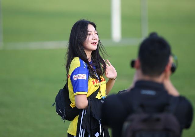 Nữ phóng viên Hàn Quốc gây sốt ở buổi tập của U23 Việt Nam - 5