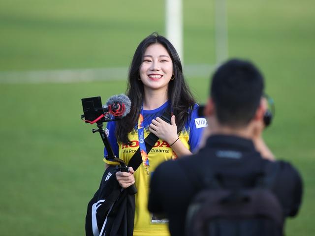 Nữ phóng viên Hàn Quốc gây sốt ở buổi tập của U23 Việt Nam - 10