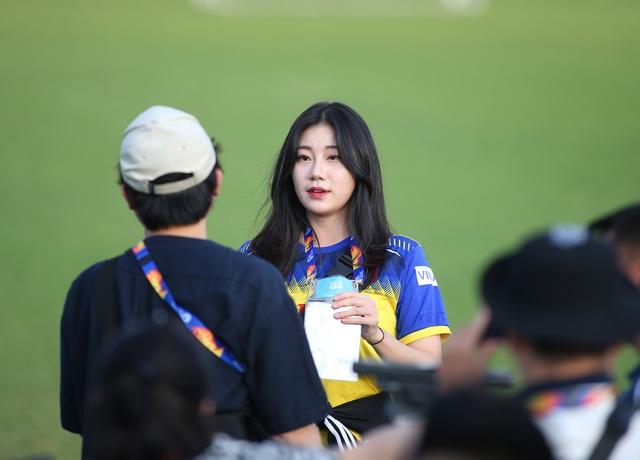 Nữ phóng viên Hàn Quốc gây sốt ở buổi tập của U23 Việt Nam - 8