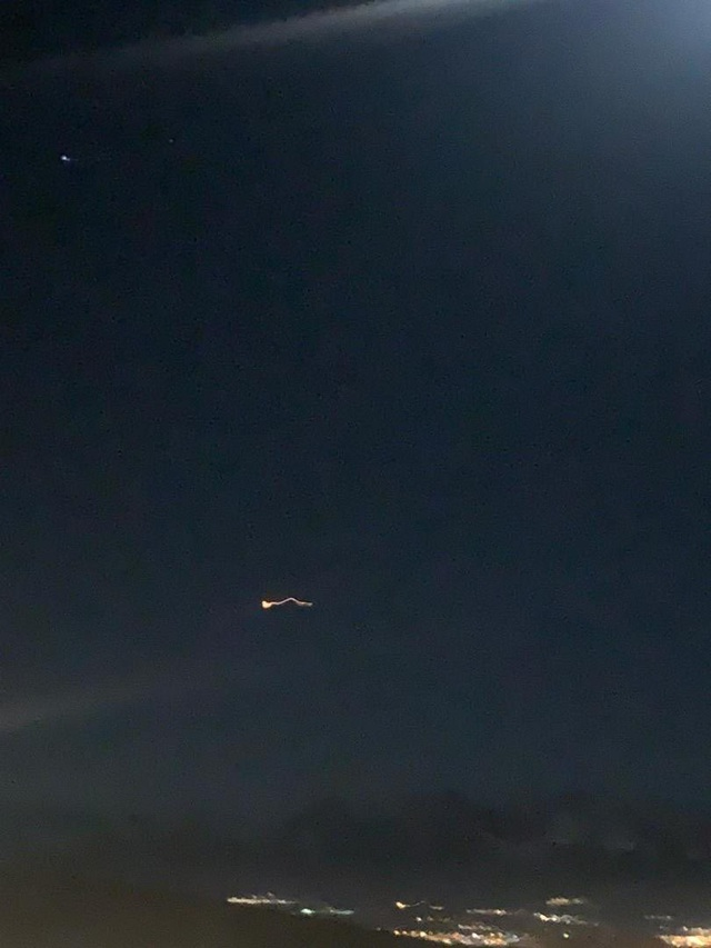 Tên lửa Iran rực sáng trong đêm hướng tới căn cứ Mỹ ở Iraq - 1