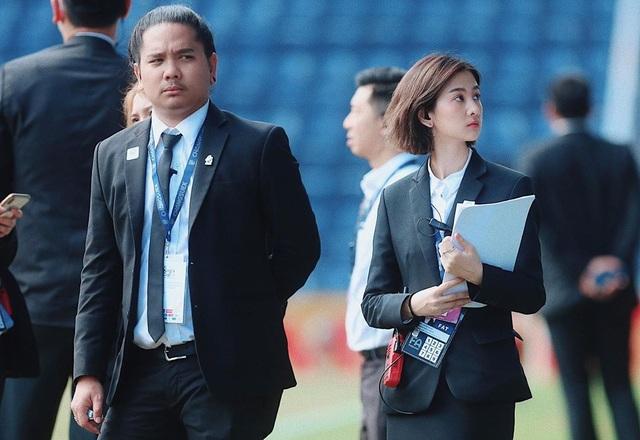Nhan sắc đẹp tuyệt trần của nữ dẫn đoàn U23 Việt Nam - 2