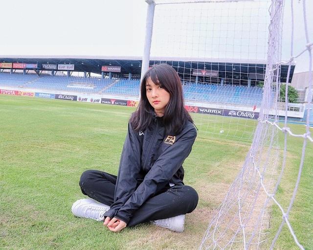 Nhan sắc đẹp tuyệt trần của nữ dẫn đoàn U23 Việt Nam - 1