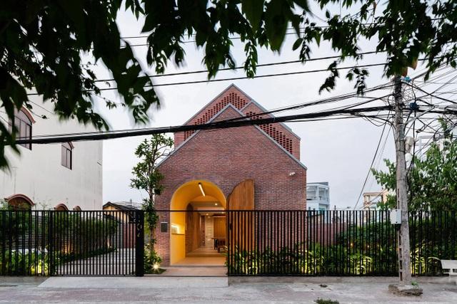 """Ngôi nhà bằng gạch mộc gây ấn tượng bởi thiết kế """"vừa cũ, vừa mới"""" - 1"""