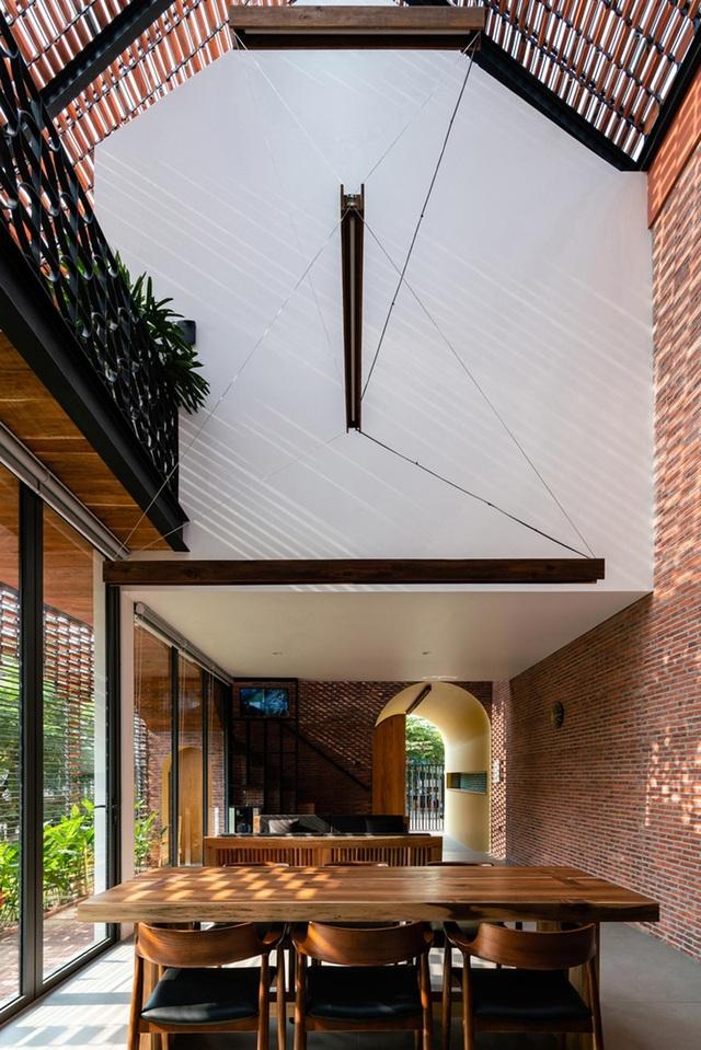 """Ngôi nhà bằng gạch mộc gây ấn tượng bởi thiết kế """"vừa cũ, vừa mới"""" - 2"""