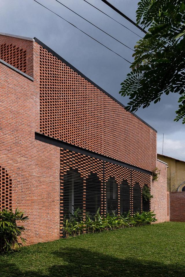 """Ngôi nhà bằng gạch mộc gây ấn tượng bởi thiết kế """"vừa cũ, vừa mới"""" - 4"""