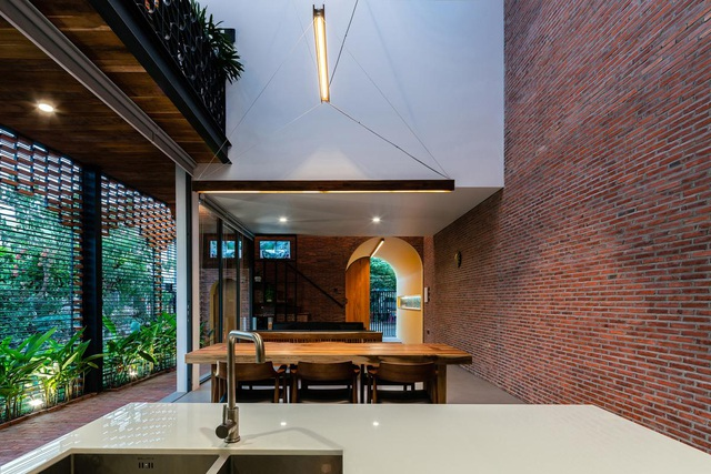 """Ngôi nhà bằng gạch mộc gây ấn tượng bởi thiết kế """"vừa cũ, vừa mới"""" - 9"""