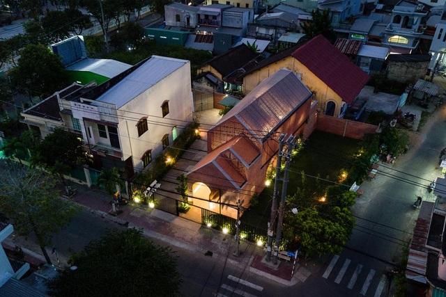 """Ngôi nhà bằng gạch mộc gây ấn tượng bởi thiết kế """"vừa cũ, vừa mới"""" - 10"""