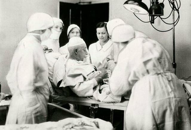 Ly kỳ câu chuyện vị bác sỹ tự tay phẫu thuật cắt ruột thừa của chính mình - 2