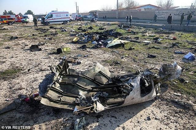 Video máy bay chở 176 người cháy ngùn ngụt trên không trước khi rơi ở Iran - 4