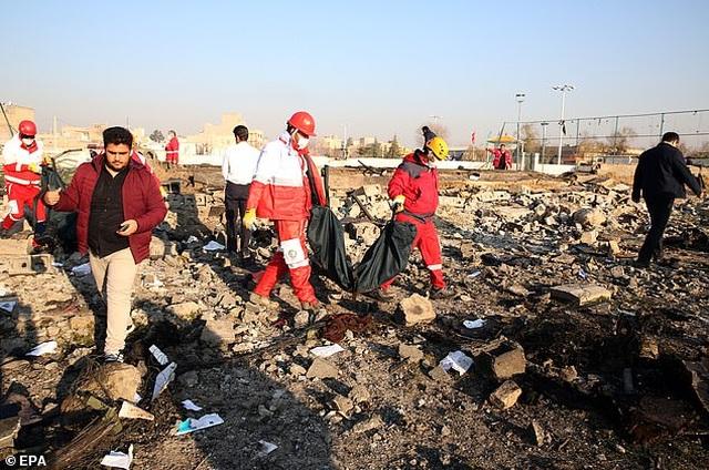 Video máy bay chở 176 người cháy ngùn ngụt trên không trước khi rơi ở Iran - 1