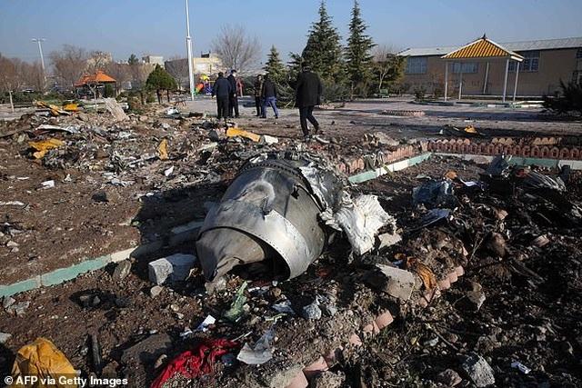 Video máy bay chở 176 người cháy ngùn ngụt trên không trước khi rơi ở Iran - 2