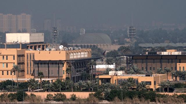 Tên lửa rơi cách Đại sứ quán Mỹ ở Iraq 100m, còi báo động inh ỏi - 1