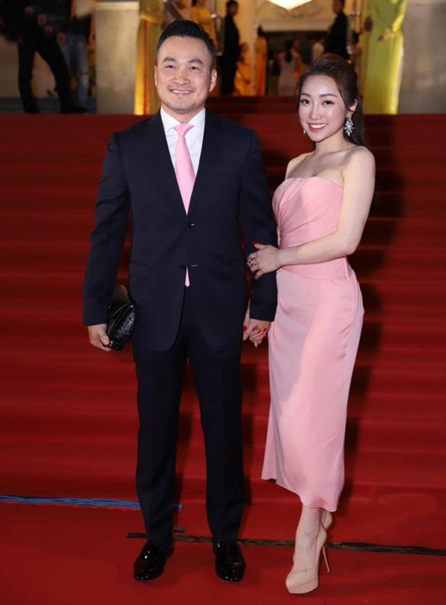 Chi Bảo sánh đôi cùng bạn gái Thùy Chang trên thảm đỏ sau ồn ào vợ mới - vợ cũ - 1