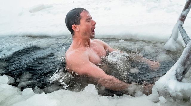 Người đẹp tắm trong hồ nước lạnh âm độ C - 4